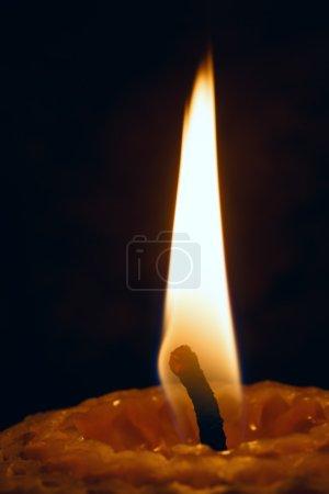 Photo pour Bougie lumineuse sur fond sombre gros plan . - image libre de droit