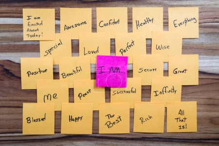 Photo pour Concept d'auto-assistance très puissant en utilisant des messages positifs et un je flotte au-dessus de toutes les pensées positives - image libre de droit