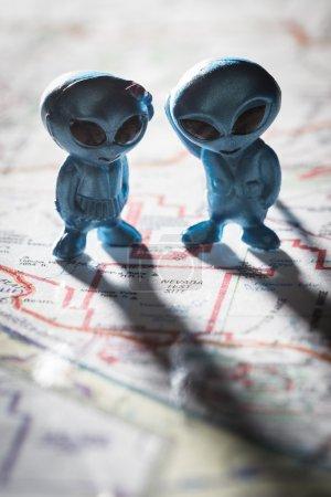 Photo pour Toy ETs debout sur une carte des États-Unis, avec les mots Nevada test Site sur la carte - image libre de droit