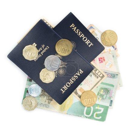 Photo pour Passeports américains au-dessus des monnaies multinationales sur fond blanc - image libre de droit