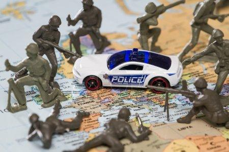 Photo pour Concept image utilisant un serait mapper et soldats pour représenter les récents attentats à Paris, 11 13 2015-jouets - image libre de droit