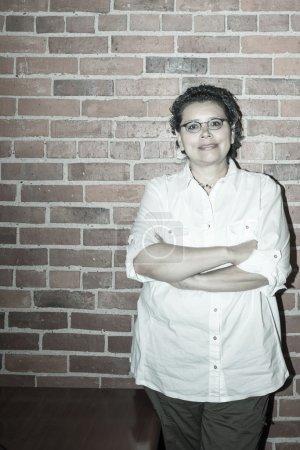 Photo pour Survivant optimiste du cancer du sein en milieu de travail - image libre de droit