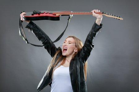 Photo pour Belle jeune femme blonde avec une guitare électrique - image libre de droit