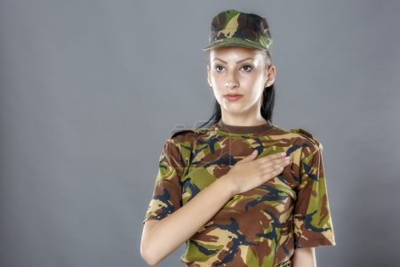 Armeesoldat schwört feierlich mit Hand aufs Herz, sein Land zu verteidigen