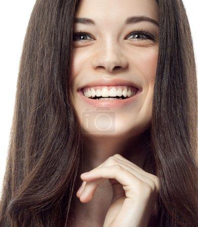 Photo pour Closeup portrait de séduisante brunette caucasien de femme souriant isolé sur blanc studio shot lèvres pleines dents sourire visage cheveux tête et des épaules dent - image libre de droit