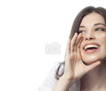 Photo pour Gros plan portrait de attrayant caucasien souriant femme brune isolé sur blanc studio shot lèvres dent sourire visage cheveux tête et épaules dent main femme d'affaires - image libre de droit