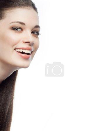 Photo pour Closeup portrait d'attrayant caucasien souriante brunette femme isolé sur blanc studio tourné lèvres pleines dents sourire visage cheveux tête et des épaules - image libre de droit