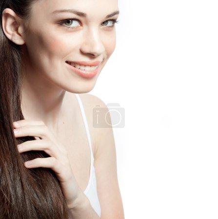 Photo pour Closeup portrait d'attrayant caucasien souriante brunette femme isolé sur blanc studio tourné les lèvres pleines dents sourire visage cheveux tête et des épaules en regardant dent caméra - image libre de droit