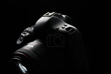 Photo pour Appareil photo reflex numérique moderne professionnel image low key - Appareil photo reflex numérique moderne avec un objectif d'ouverture très large sur - image libre de droit