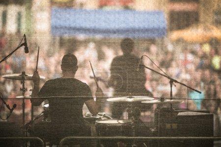 Photo pour Groupe en concert sur scène, devant une foule immense - image libre de droit