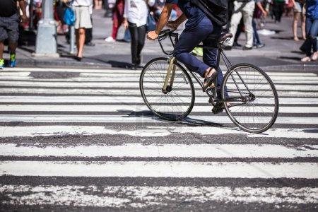 Photo pour Homme sur un vélo sur un passage à Manhattan, New York - image libre de droit