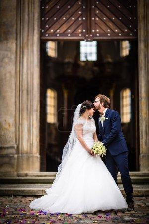 Photo pour Portrait d'un jeune couple le jour de leur mariage - image libre de droit