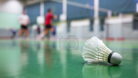 Photo pour Badminton - terrains de badminton avec des joueurs en compétition - image libre de droit