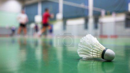 Photo pour Badminton - terrains de badminton avec des joueurs en compétition à l'arrière-plan - image libre de droit