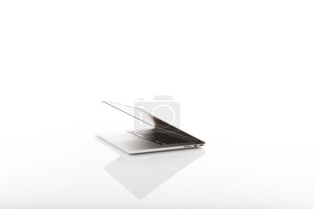 Photo pour Ordinateur portable moderne sur blanc - image libre de droit