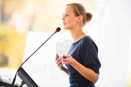 Photo pour Femme jolie, jeune entreprise donnant une présentation dans un cadre de conférence/réunion (shallow Dof ; image couleur tonifié) - image libre de droit