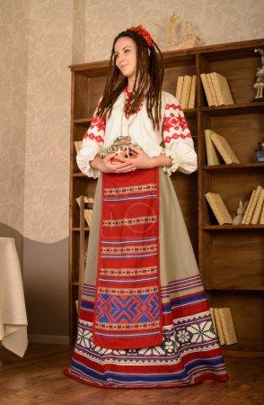 Photo pour Jeune femme dans un slave biélorusse national original costume studio - image libre de droit
