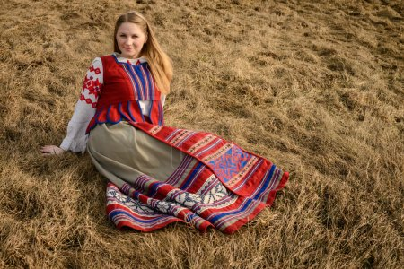 Photo pour Jeune femme dans un slave biélorusse costume national original à l'extérieur - image libre de droit