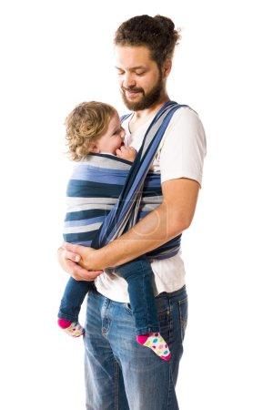 Photo pour Hipster Vater mit Vollbart trägt seine süße kleine Tochter im Baby-Tragetuch, isoliert vor weissem Hintergrund. - image libre de droit