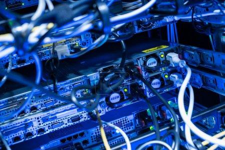 Photo pour Arrière des serveurs web en datacenter montrant des câbles de raccordement électrique - image libre de droit