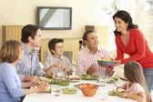 Rozšířená rodina těší jídlo
