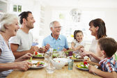 Rodina jídlo kolem kuchyňského stolu
