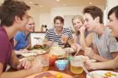 Mladí přátelé, těší jídlo