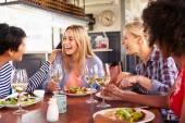 Kamarádky, stravování v restauraci