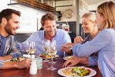 Skupina přátel, stravování v restauraci