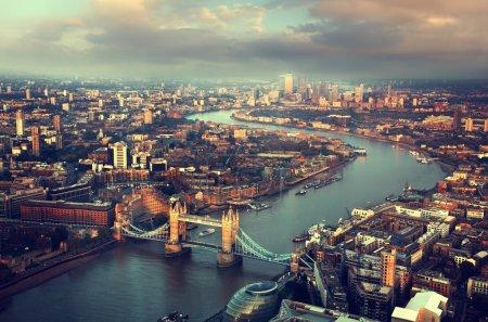 Photo pour Vue aérienne de Londres avec Tower Bridge au coucher du soleil - image libre de droit