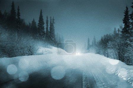 Photo pour Feux de voiture dans la forêt d'hiver - image libre de droit