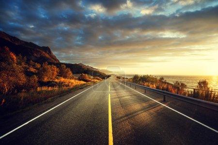 Photo pour Route au bord de la mer au lever du soleil, île de Lofoten, Norvège - image libre de droit