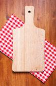 Kuchyňské prkénko a ručník na dřevěný stůl