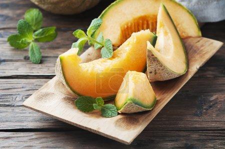 Photo pour Melon orange tranché frais sur la table en bois, mise au point sélective - image libre de droit
