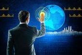 Podnikatel dotýká digitální displej