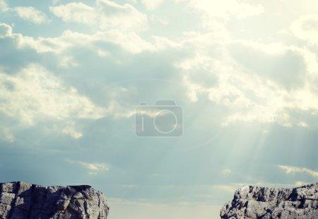 Photo pour Lacune dans les sentiers rocailleux ou gouffre entre deux rochers. Ciel et les nuages en toile de fond - image libre de droit