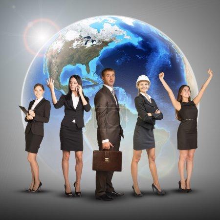 Photo pour Femmes et hommes d'affaires en costume, souriant et regardant la caméra. Dans le contexte de la terre du globe. Éléments de cette image fournis par la NASA - image libre de droit