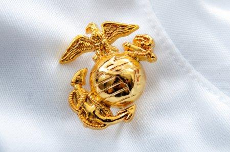 Photo pour Macro image de l'emblème US Marine Corps sur un gant blanc utilisé comme arrière-plan - image libre de droit