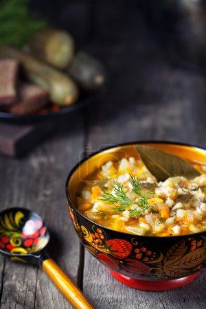 Photo pour Soupe végétalienne cornichon russe dans bol traditionnel avec des peintures de khohloma servi dans un style rustique - image libre de droit