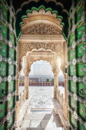 Photo pour Jaswant Thada memorial avec porte verte ouverte avec vue sur la ville de Jodhpur dans le Rajasthan, Inde - image libre de droit