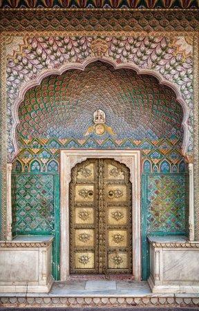 Photo pour Porte de rose dans le palais de ville de Jaipur, Rajasthan, Inde - image libre de droit