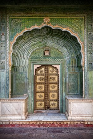 Photo pour Porte verte et porte d'or dans le palais de ville de Jaipur, Rajasthan, Inde - image libre de droit