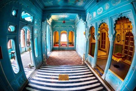 Photo pour Appartement roi avec le bleu des murs au Musée du Palais de la ville d'Udaipur, Rajasthan, Inde - image libre de droit
