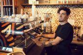 Barista v práci v kavárně