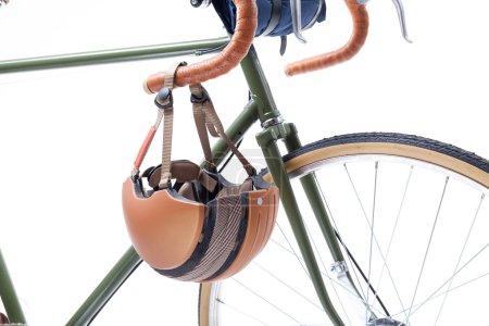 Photo pour Vintage guidon de vélo de route et casque dessus, isolé sur blanc . - image libre de droit