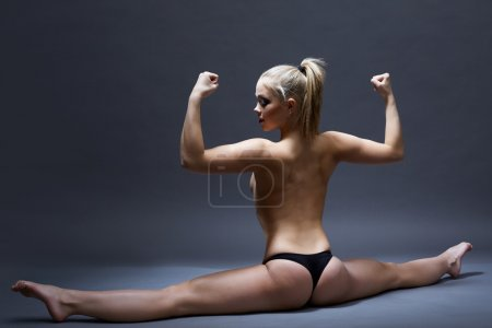 Photo pour Studio photo du sexy fille flexible posant topless tout en faisant la gymnastique split - image libre de droit
