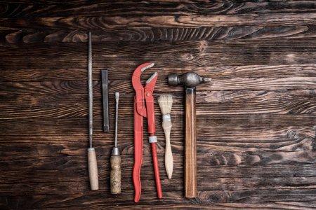 Photo pour Ensemble d'outils de réparation sur fond en bois - image libre de droit