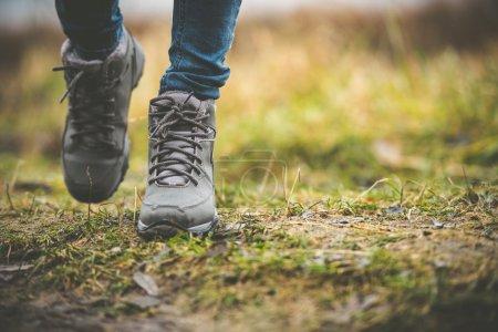 Photo pour Pieds dans des chaussures sur un chemin forestier - image libre de droit