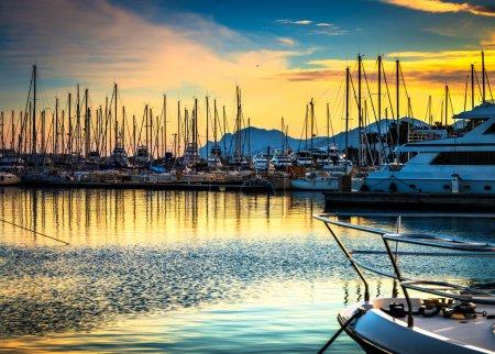 Photo pour Vue de la belle marina, voiliers et bateaux à moteur au port - image libre de droit