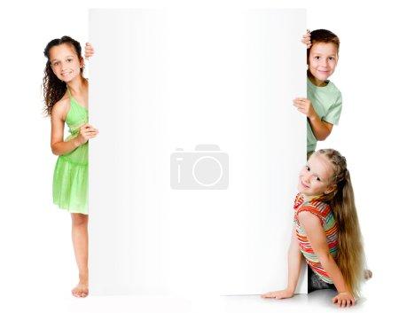 Photo pour Beaux enfants avec grande bannière blanche - image libre de droit